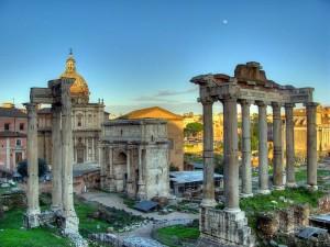 Saturn-Tempelruine mit ACHT Säulen auf dem Forum Romanum.