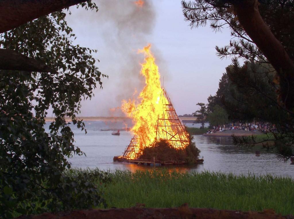 Feuer und Wasser, Tag und Nacht: Johannisfeuer an der Grenze zwischen den Welten.