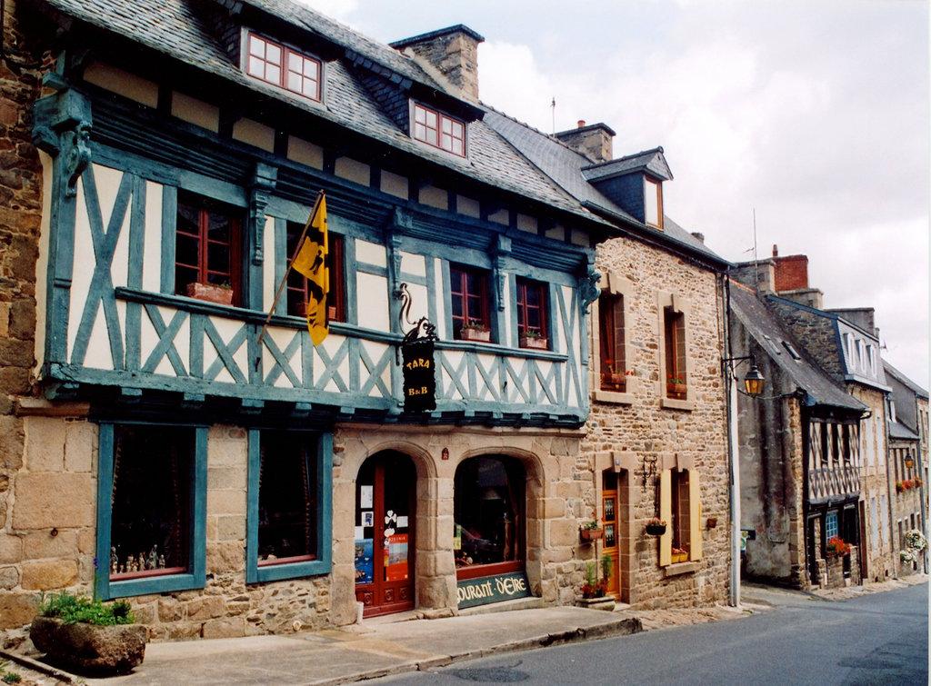 Tara House in Treguier, ein B&B mit einem Laden voller Elfen und Trolle.