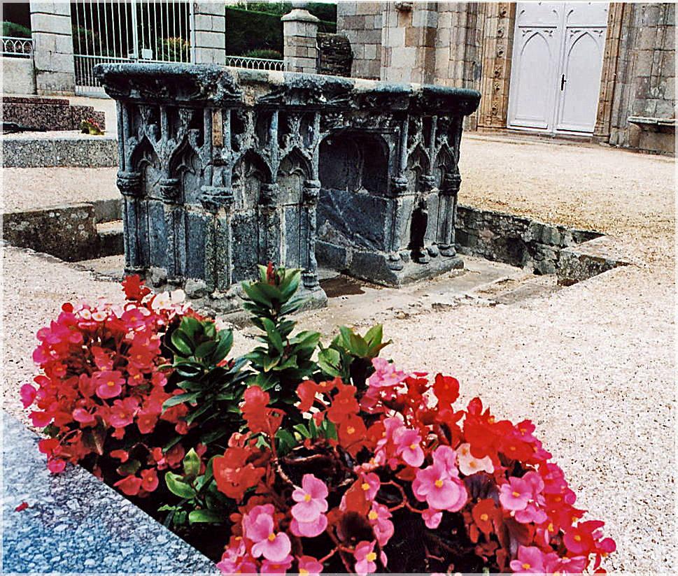 Echtes Grab von St.Ives, Schutzpatron der Bretagne, neben St.Anne, der christianisierten Erdmutter Ana.An einem Pardon (Walfahrt) im Mai kann man hier seine Sünden abstreifen.St. Ives, Treguir-Minihy ©beast666