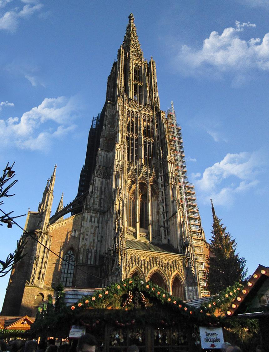 Ulmer Münster mit traditionellem Weihnachtsmarkt.
